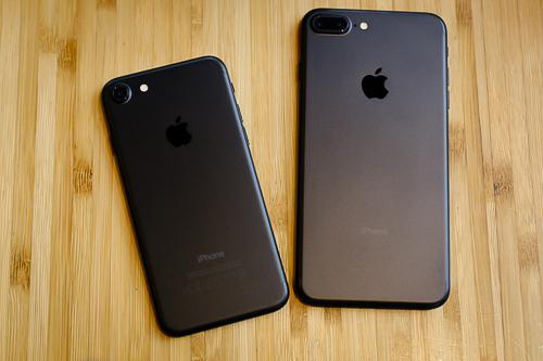 Giá iPhone 7 và 7 Plus xách tay thấp hơn hàng chính hãng tới 2 triệu đồng.