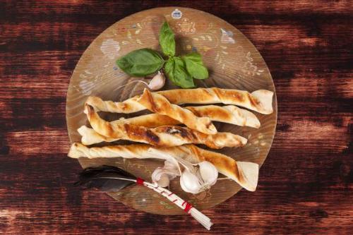 Món bánh pizza que với phần nhân pho mát Mozzarella dai và béo ngậy, chắc chắn sẽ vừa lòng bất cứ vị khách nào đến chơi nhà bạn.