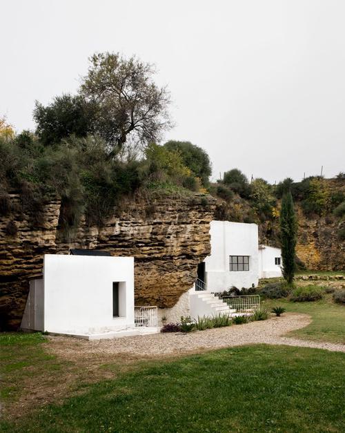 Ngôi nhà hiện đại ẩn mình trong núi đá