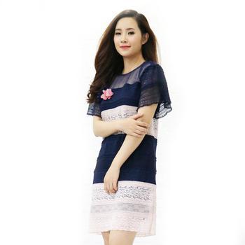 Đầm ren suôn tay dơi ngắn, có đính hoa bên ngực Cocoxi màu xanh phối hồng - 18DT66_X