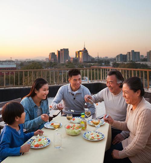 Cả gia đình có thể yên tâm tận hưởng cuộc sống khi tham gia giải pháp Món quà sức khỏe
