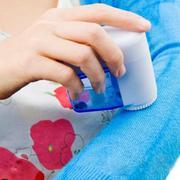 Máy cắt lông xù quần áo mini dùng pin tiện dụng